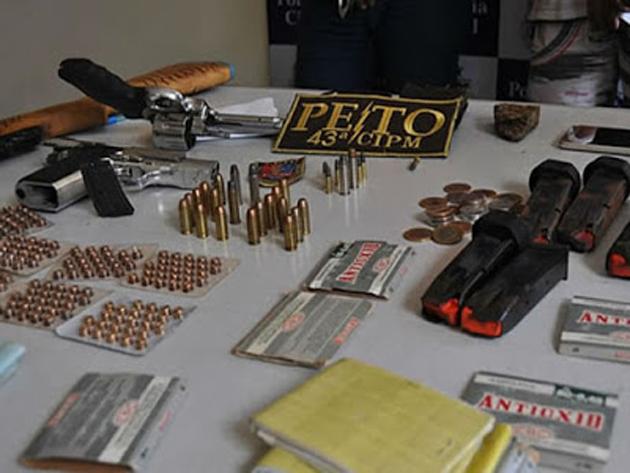 Polícia prende três e apreende armas e munições em motel de Itamaraju