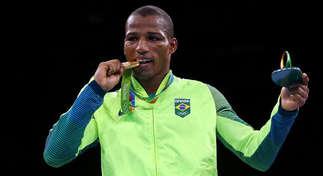 Confirmando favoritismo, ele derrotou o francês Sofiane Oumiha por decisão unânime dos jurados (30-27, 29-28 e 29,29) na categoria dos pesos-leves (até 60 quilos).
