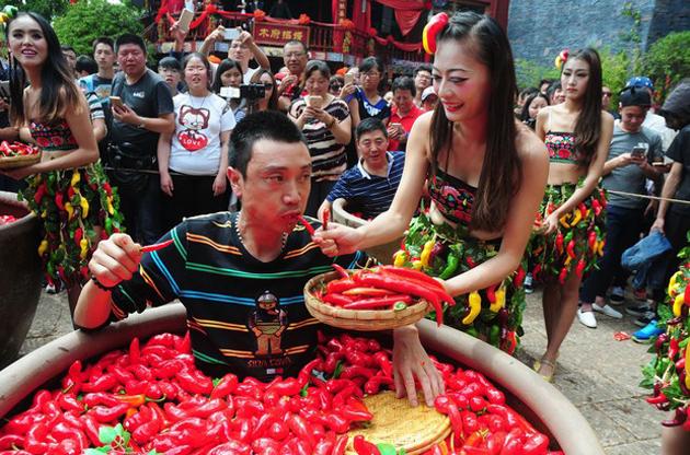 Suo levou o título ao devorar 47 pimentas em dois minutos (Foto: AFP)