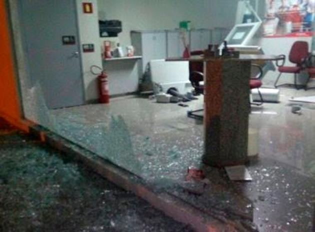 Quadrilha faz reféns, atira em viatura e ataca agência bancária no interior da Bahia