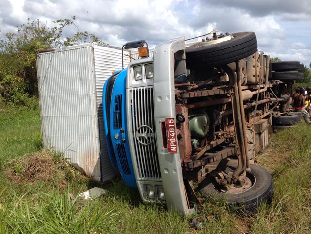 Camamu: Caminhão que transportava móveis tomba e cai na curva do Acaraí