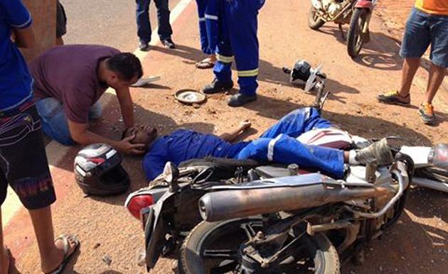 Acidente entre kombi e moto deixa funcionário da Embasa em estado grave