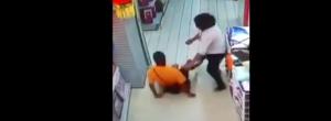 Vídeo: Durante brincadeira, pai cai em cima de filho e criança morre