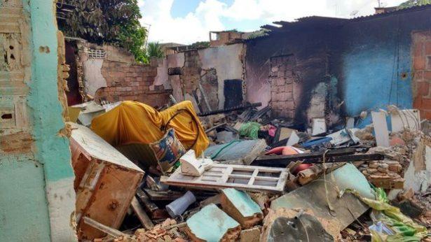 Casa ficou queimada após mulher tocar fogo em residência (Foto: Tailane Muniz/CORREIO)