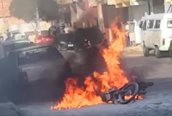 Moto pega fogo em Ubaitaba