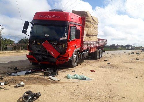 Colisão entre caminhão e carro de passeio deixa quatro mortos na BR-101